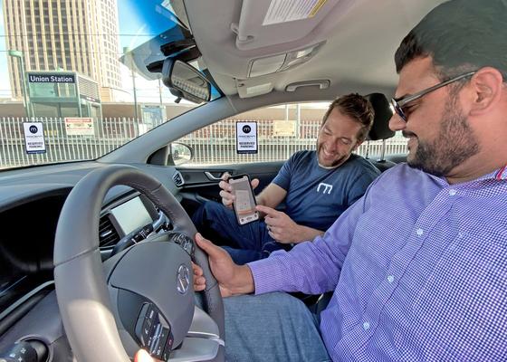 현대차의 모빌리티 사업법인 모션랩 직원이 4일 LA 유니언역 노상 주차장에서 카 셰어링을시연하고 있다. [사진 현대차]