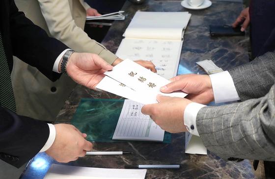 한 예식장에서 하객들이 혼주 측에게 축의금을 전달하고 있다. [중앙포토]