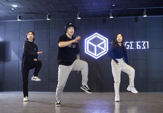 언니 라인인 유다현·진효원 학생모델과 동생 라인인 맹서후·정아인 학생기자로 두 팀씩 짝을 이뤄 세븐틴 'HIT'의 포인트 안무를 춰보고 있다.