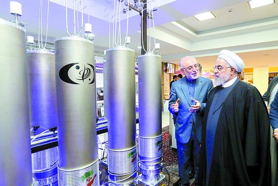 지난해 4월, 이란 수도 테헤란에서 국가 핵 기술의 날 행사에 참석한 하산 로하니 이란 대통령이 핵기술 장비를 둘러보고 있다. [연합뉴스]