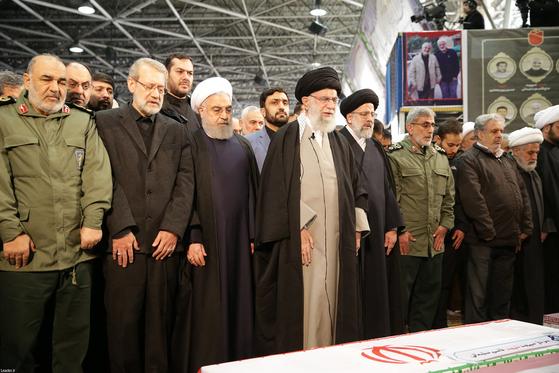 하메네이(왼쪽에서 넷째) 이란 최고지도자가 6일 이란 테헤란에서 열린 솔레이마니의 장례식에서 기도하고 있다.[EPA=연합뉴스]