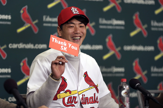 지난해 12월 17일 김광현이 세인트루이스 카디널스 입단 기자회견 중 그의 전 소속팀 SK 와이번스에 감사를 표하는 플래카드를 든 채 미소짓고 있다. 연합뉴스 제공