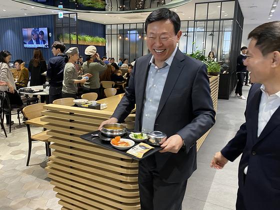 신동빈, 새해 첫 출근 점심은 구내식당에서