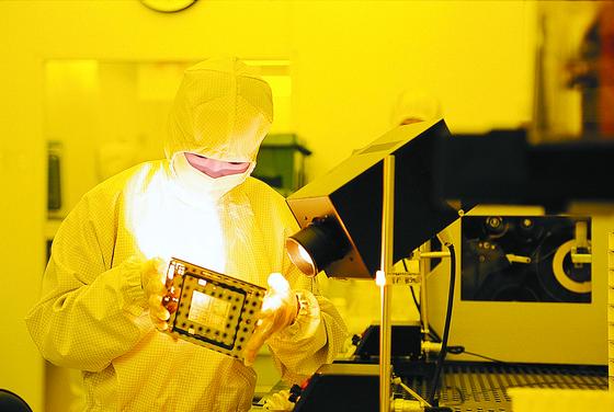 경기 용인시 삼성전자 기흥캠퍼스에서 직원이 장비를 점검하고 있다. [삼성전자]