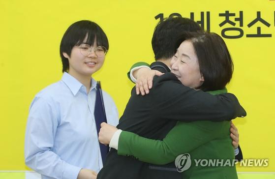 심상정 정의당 대표가 7일 국회에서 열린 18세 청소년 입당식에서 입당 청소년들과 포옹하고 있다. [연합뉴스]