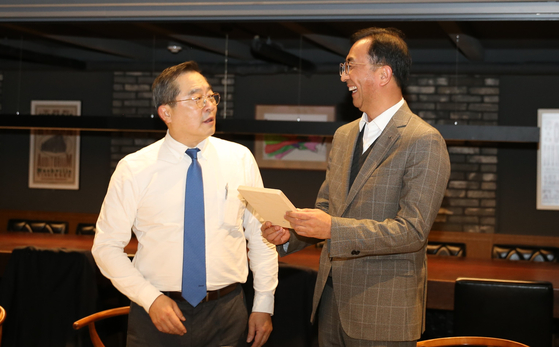 구자열 LS그룹 회장(左)이 신규 임원이 된 LS전선 박현호 이사(LSCI법인장)에게 기념액자를 선물하고 있다. [사진 LS그룹]