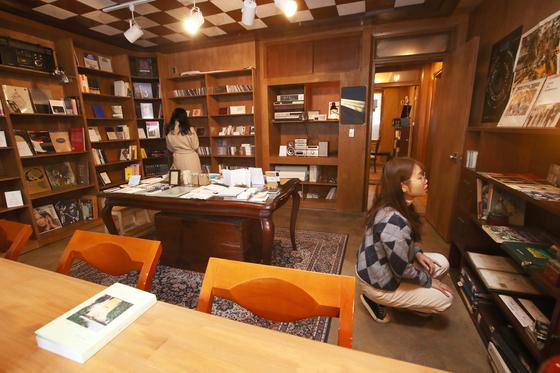 서울 서교동 골목가에 있는 작은 책방 '라이너노트'는 1960년대 지어진 오래된 2층 단독주택을 서재로 꾸미고 매주 10명 내외 참가자 규모의 작은 라이브 공연을 연다. 오종택 기자