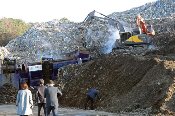 지난해 11월 22일 오후 경북 의성군 단밀면 한 폐기물 처리장에서 환경부와 정부, 지자체 관계자들이 폐기물 처리 과정을 살펴보며 현장 점검을 하고 있다. [연합뉴스]