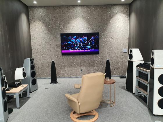 청음실에선 글로벌 프리미엄 브랜드의 오디오 시스템을 체험할 수 있다. 영국 '바워스앤드윌킨스(Bowers & Wilkins, B&W)', 미국 '매킨토시(Mcintosh)' 등 하이엔드 스피커와 앰프 등이 마련됐다. 추인영 기자