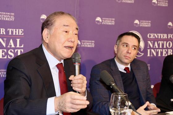 문정인 대통령 통일외교안보특별보좌관이 6일 미국 워싱턴 싱크탱크 국익연구소가 주최한 '2020년 북한 전망' 세미나에서 토론하고 있다. [워싱턴=박현영 특파원]