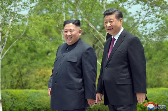 지난해 6월 시진핑 중국 국가주석과 김정은 북한 국무위원장이 평양 금수산영빈관에서 산책을 하고있다. [조선중앙통신=연합뉴스]