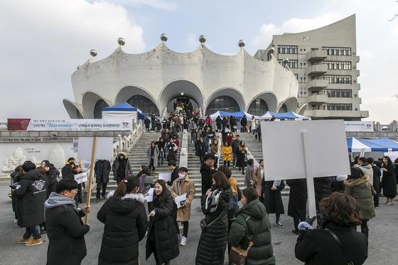 경희사이버대학교는 오는 1월 10일(금) 2020학년도 1학기 신·편입생 모집을 마감한다. 사진은 2019학년도 오리엔테이션 행사 모습.