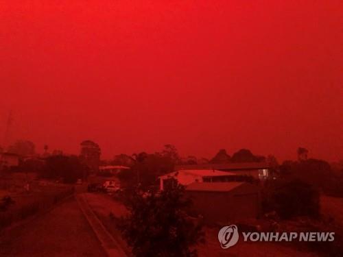 산불로 붉게 물든 호주 하늘. [로이터=연합뉴스]