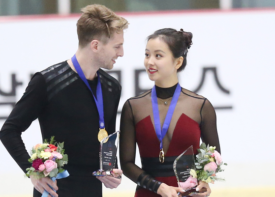 제74회 전국남녀 피겨스케이팅 종합선수권대회에서아이스 댄스 우승을 차지한 민유라가 새로운 파트너 이튼과 마주보며 웃고 있다. [연합뉴스]