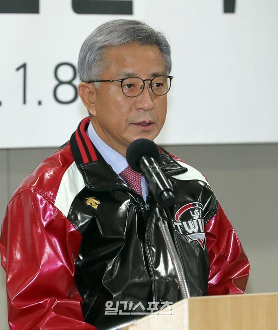 프로야구 LG트윈스의 신년 하례식이 8일 오후 서울 잠실야구장에서 열렸다. 이규홍 LG 스포츠 대표이사가 인삿말을 전하고 있다.