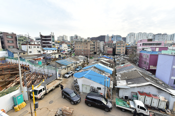 미쓰비시 줄사택(왼쪽 사진)은 1938년 일본 군수공장에 강제 징용된 노동자들이 살던 합숙소다. 건물이 줄지어 붙어있어 줄사택이라 불렸다. [사진 부평구청]