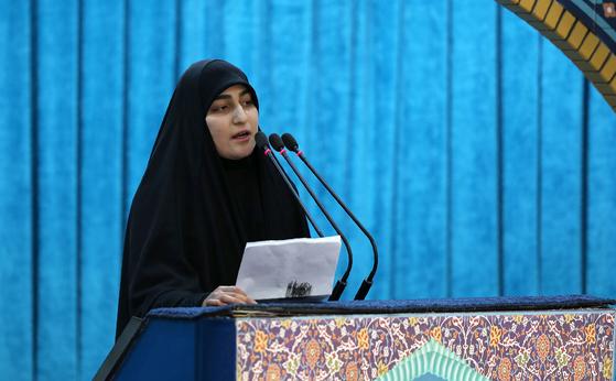 미국에 의해 폭사한 솔레이마니의 딸 제납 솔레이마니가 6일 이란 테헤란에서 치러진 아버지의 장례식에서 아버지의 보복을 촉구하는 연설을 하고 있다. [AFP=연합뉴스]