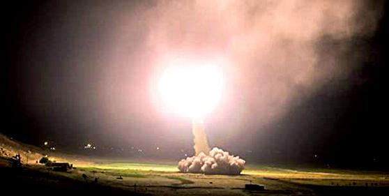 이란이 거셈 솔레이마니 이란 혁명수비대 쿠드스군 사령관을 공습 살해한 것과 관련, 미군이 주둔하고 있는 이라크의 아인 아사드 공군기지에 지대지미사일 수십기를 발사했다고 이란 국영 TV가 8일 보도했다. 국영 TV는 이날 미사일 발사가 솔레이마니 사령관 살해에 대한 복수라고 말했다. [사진=이란 국영방송 캡처=뉴시스]