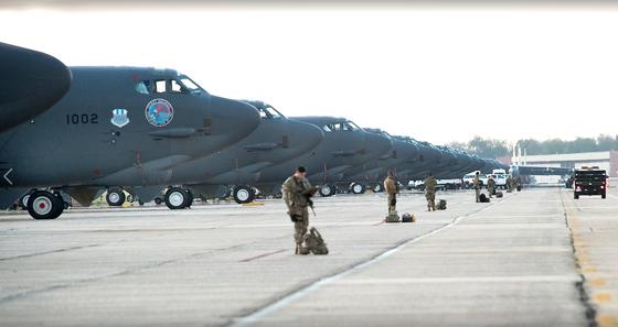 미국 박스데일 공군기자가 7일 부대 페이스북에 업로드 한 사진. B-52 전략폭격기가 활주로에 대기하고 있다. [사진 박스데일 공군 페이스북 캡처]