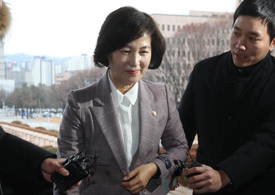 추미애 법무부 장관이 8일 오전 경기도 정부과천청사로 출근하고 있다. [연합뉴스]