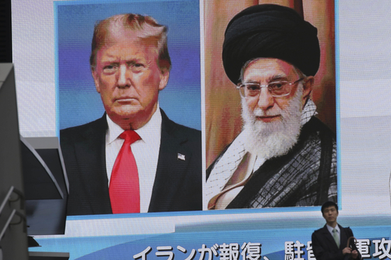 도널드 트럼프 미국 대통령과 아야톨라 하메이니 이란 대통령 사진이 나란히 걸린 일본 도쿄의 한 전광판. [AP=연합뉴스]