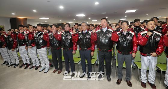프로야구 LG트윈스의 신년 하례식이 8일 오후 서울 잠실야구장에서 열렸다. 참석자들이 파이팅을 외치고 있다.이날 행사에는 이규홍 대표이사, 차명석 단장을 비롯해 구단 임직원과 류중일 감독 등 선수단이 참석했다. 정시종 기자