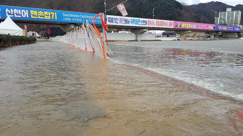 8일 강원 화천군 화천천 산천어축제장에 비가 내린 이후 축제장에 물이 고여 있다. [연합뉴스]