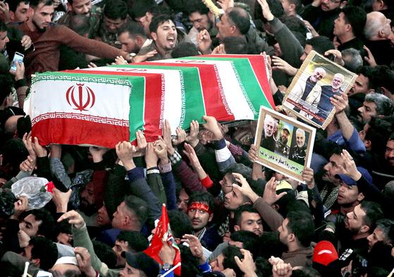 이슬람 시아파 성지인 이라크 카르발라에서 지난 4일(현지시간) 시민들이 미국의 폭격으로 숨진 거셈 솔레이마니 이란 사령관의 장례 행렬에 참여하고 있다. [로이터=연합뉴스]