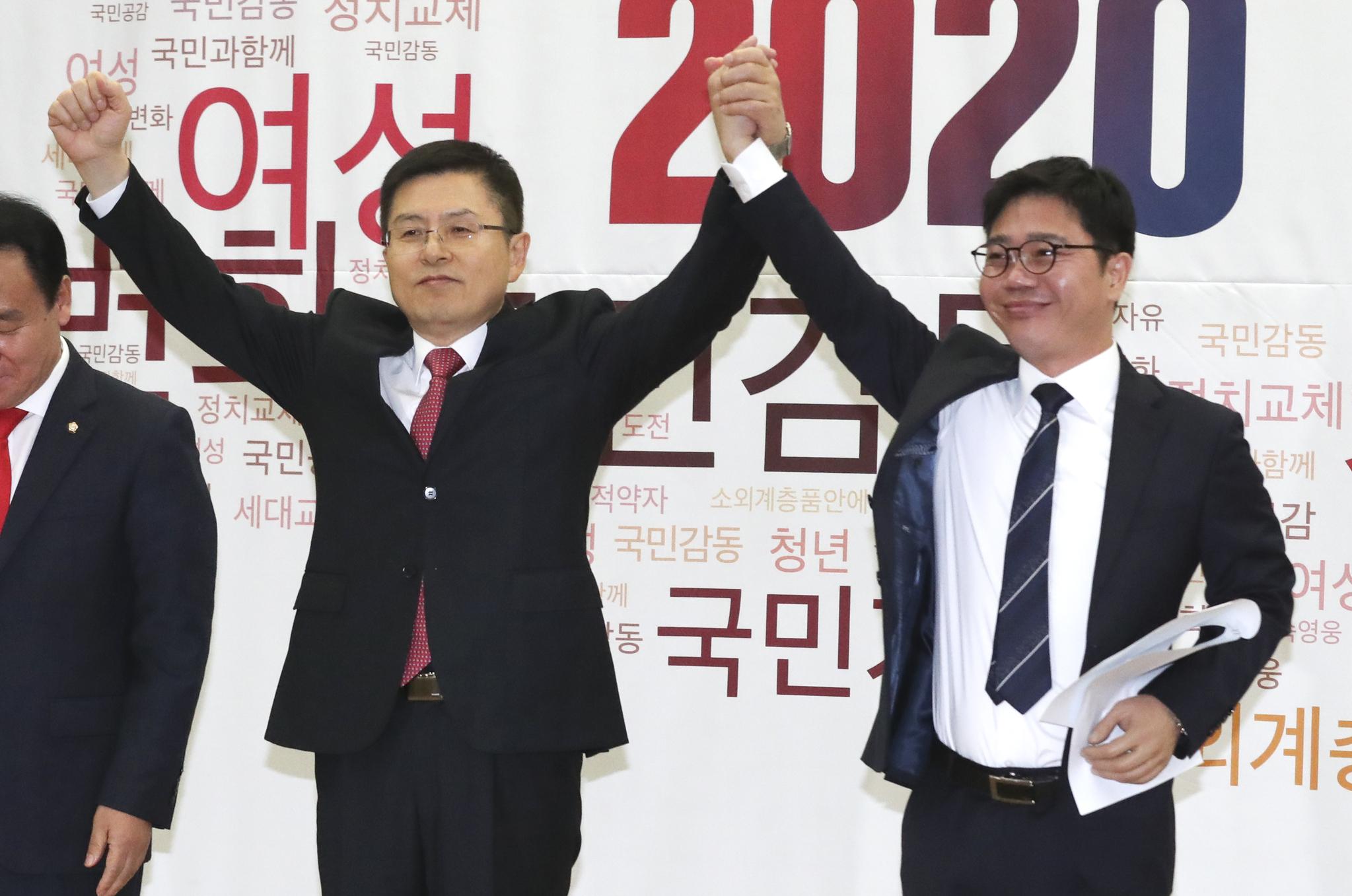 황교안 자유한국당 대표(왼쪽)가 탈북민 출신 인권운동가 지성호 대표의 손을 잡고 두 손을 들고 있다. 임현동 기자