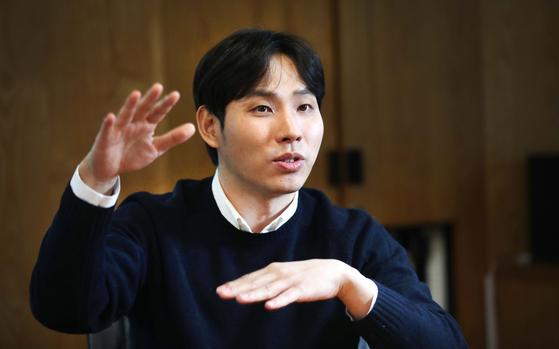온라인 환전 서비스를 제공하는 스타트업 '트래블월렛' 김형우 대표가 7일 중앙일보 사옥에서 환전 원리를 설명하고 있다. 오종택 기자