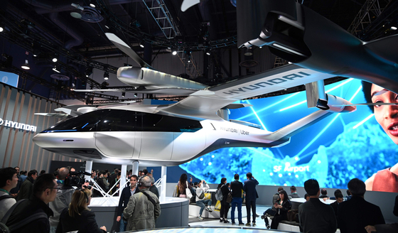 세계 최대 가전·정보기술(IT) 전시회 'CES(Consumer Electronics Show) 2020'가 개막한 7일(현지시간) 미국 네바다주 라스베이거스 컨벤션센터 현대자동차 부스에서 관람객들이 개인용 비행체(PAV) 콘셉트 'S-A1'을 살펴보고 있다. [AFP=연합뉴스]