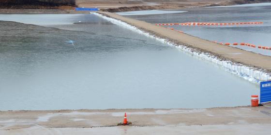 8일 오전 강원 인제군 빙어축제장인 빙어호 일원에 전날부터 내린 비로 얼음이 녹으면서 강물 수위가 올라가고 있다. [뉴스1]