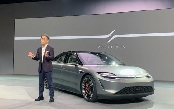 요시다 겐이치로 소니 사장이 6일(현지시간) 미국 라스베이거스에서 열린 'CES 2020'에서 전기 자율주행 콘셉트카 '비전-S'를 소개하고 있다. [사진 소니]