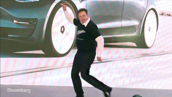 일론 머스크 테슬라 CEO가 7일 중국 상하이 기가바이트 테슬라 생산공장에서 열린 모델3 인도식에서 춤을 추고 있다. [유튜브 캡처]