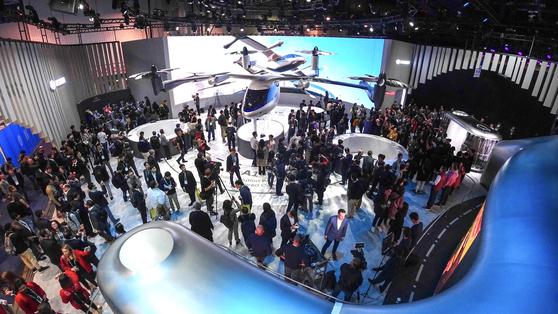 현대차 'CES 2020' 부스. 미래 도심 항공 모빌리티를 보기 위해 관람객이 몰렸다. [사진 현대차]