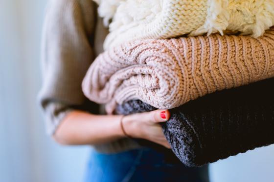 겨울철 애용하는 니트 의류는 세탁과 보관이 까다롭다. 매철 새옷처럼 니트를 입을 수 있는 방법을 소개한다. [사진 Dan Gold on Unsplash]