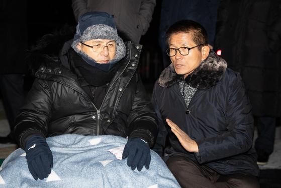 국정 대전환을 촉구하며 단식농성에 돌입한 황교안 자유한국당 대표가 지난해 11월 20일 청와대 분수대 앞에서 담요를 덮고 김문수 전 경기지사와 대화하고 있다. [뉴스1]