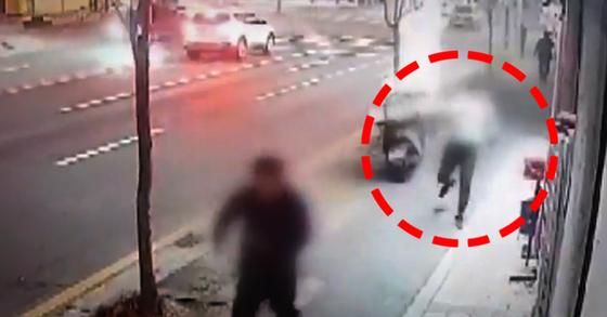 지난달 10일 오후 6시15분쯤 대전 동구의 한 음식점에서 50대 남성이 일가족 3명에게 흉기를 휘두르는 사건이 발생했다. 붉은 색 원은 피해자를 쫓아가는 피의자. [JTBC 캡처]