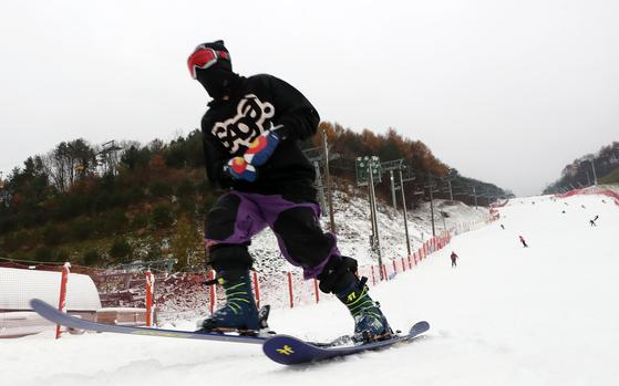 강원지역 스키장에서 스키어와 스노보더들이 슬로프 위를 질주하고 있다.[연합뉴스]