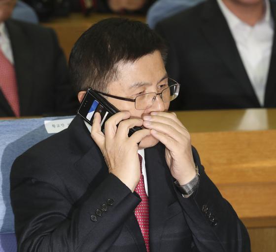 황교안 자유한국당 대표가 8일 국회 의원회관에서 열린 '2020 영입인사 환영식'에서 전화 통화를 하고 있다. 임현동 기자