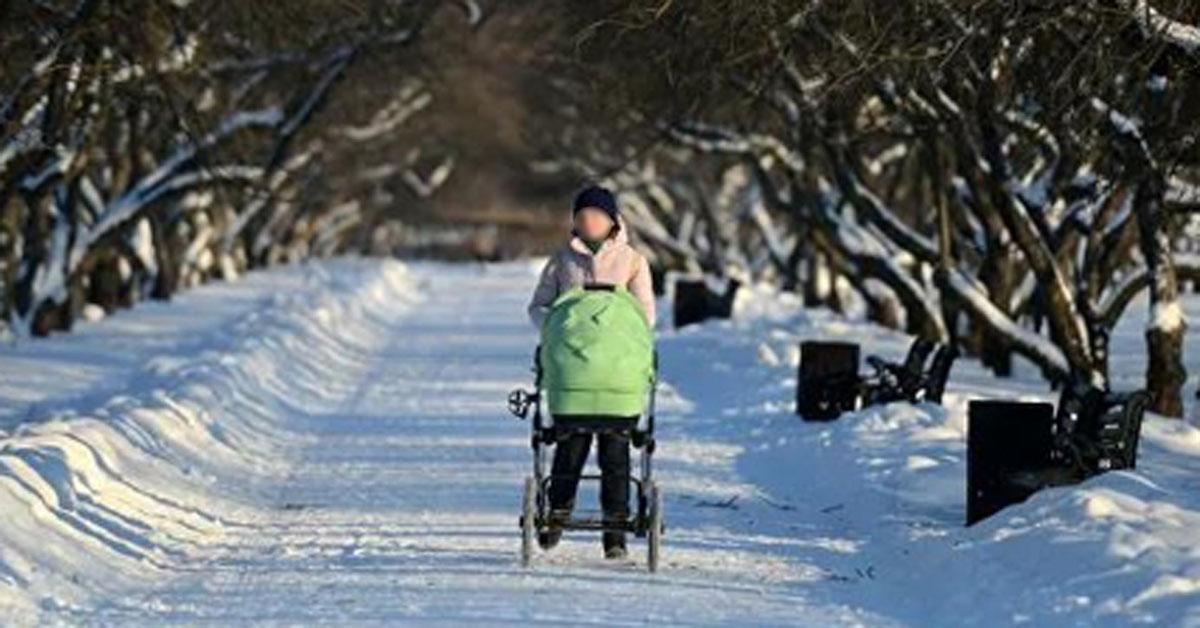 혹한 아이를 유모차에 태워 산책시키는 러시아 여성 [연합뉴스]
