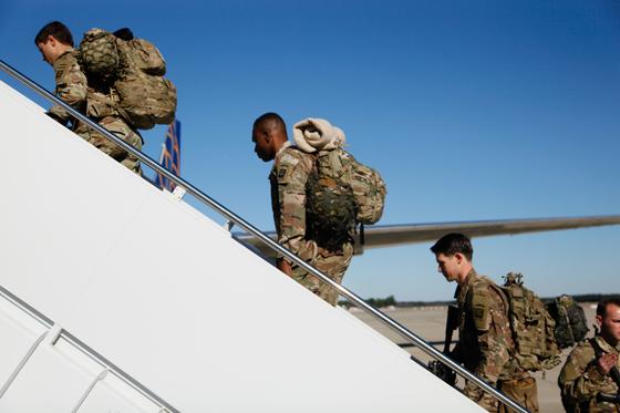 미국 육군의 제82 공수사단 소속 병력이 지난 5일(현지시간) 미국 노스캐롤라이나주 포트 브랙에서 중동 지역으로 가는 항공기에 탑승하고 있다. [EPA=연합]