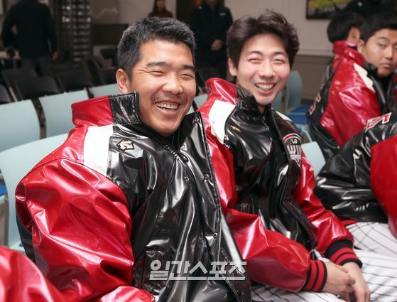 프로야구 LG트윈스의 신년 하례식이 8일 오후 서울 잠실야구장에서 열렸다. 행사에 참석한 정근우 김용의가 밝은 미소를 짓고 있다.