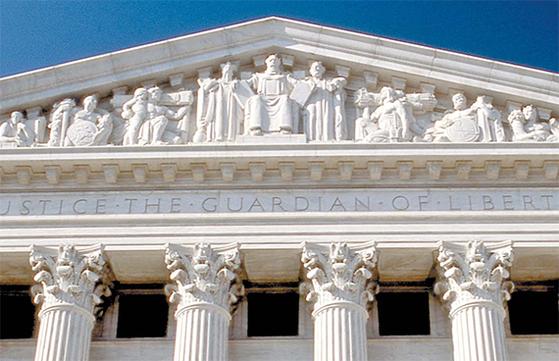 미국 연방대법원 청사 동쪽 입구의 지붕 바로 아래에 세워진 인물 조각들. 구약성서의 영웅 모세의 좌상이 한가운데 있고 모세의 오른편에 중국 전통복장 차림의 공자 입상이 있다. 미국의 건국 정신이 공자철학에서 강한 영향을 받았음을 보여준다. [사진 위키피디아]