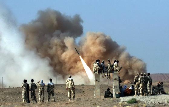 이란은 8일 이라크 내 미군기지 2곳에 대해 미사일 공격을 감행했다. 사진은 이란 혁명수비대가 2011년 6월 단거리 지대공 미사일인 젤잘을 시험 발사하는 모습이다. [EPA=연합뉴스]