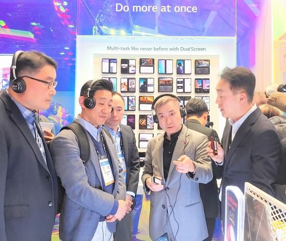 하현회 LG유플러스 부회장(오른쪽 두번째)이 7일(현지시각) 라스베이거스에서 개최된 CES 2020에서 LG전자 부스를 방문했다. [LG유플러스 제공]