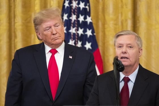 도널드 트럼프 미국 대통령과 측근인 린지 그레이엄 상원의원. 대표적인 이란 매파인 그레이엄 의원은 트럼프 대통령이 이란에 대해 보복해야 한다고 설득한 것으로 알려졌다. [EPA=연합뉴스]