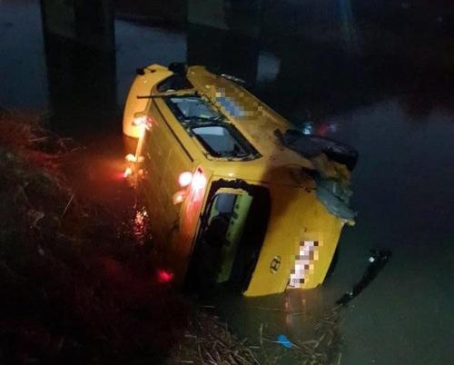 8일 경기도 김포시 한 도로에서 어린이집 통학 차량이 트럭과 충돌한 뒤 다리 밑으로 떨어지는 사고가 발생했다. [사진 경기소방재난본부]
