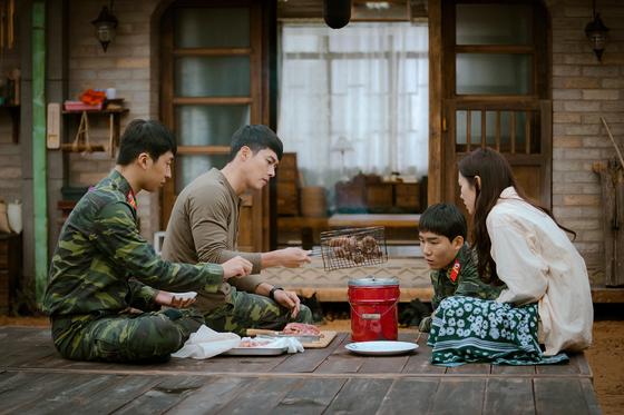 """'사랑의 불시착'에서 '하루에 두끼는 고기를 먹어야 한다""""고 윤세리(손예진)의 요청에 리정혁(현빈)이 연탄으로 고기를 굽고 있다. [사진 tvN]"""