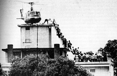 1975년 월남의 수도였던 사이공 함락 당시 미국대사관 옥상에서 탈출 헬기에 탑승하기 위해 사람들이 줄을 서 있다. 이 사진은 네덜란드 출신 종군 사진기자인 휴 판 에스가 촬영한 것이다. [중앙포토]